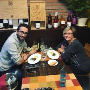 cenar en el barrio de sant martí noche de tapas madre e hijo